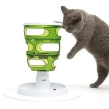 Un chat qui se nourrit et joue grâce au distributeur de croquettes